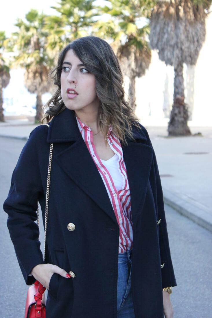 abrigo-largo-azul-marino-zara-botones-dorados-camisa-rayas-bolso-rojo-blog-moda-tendencias