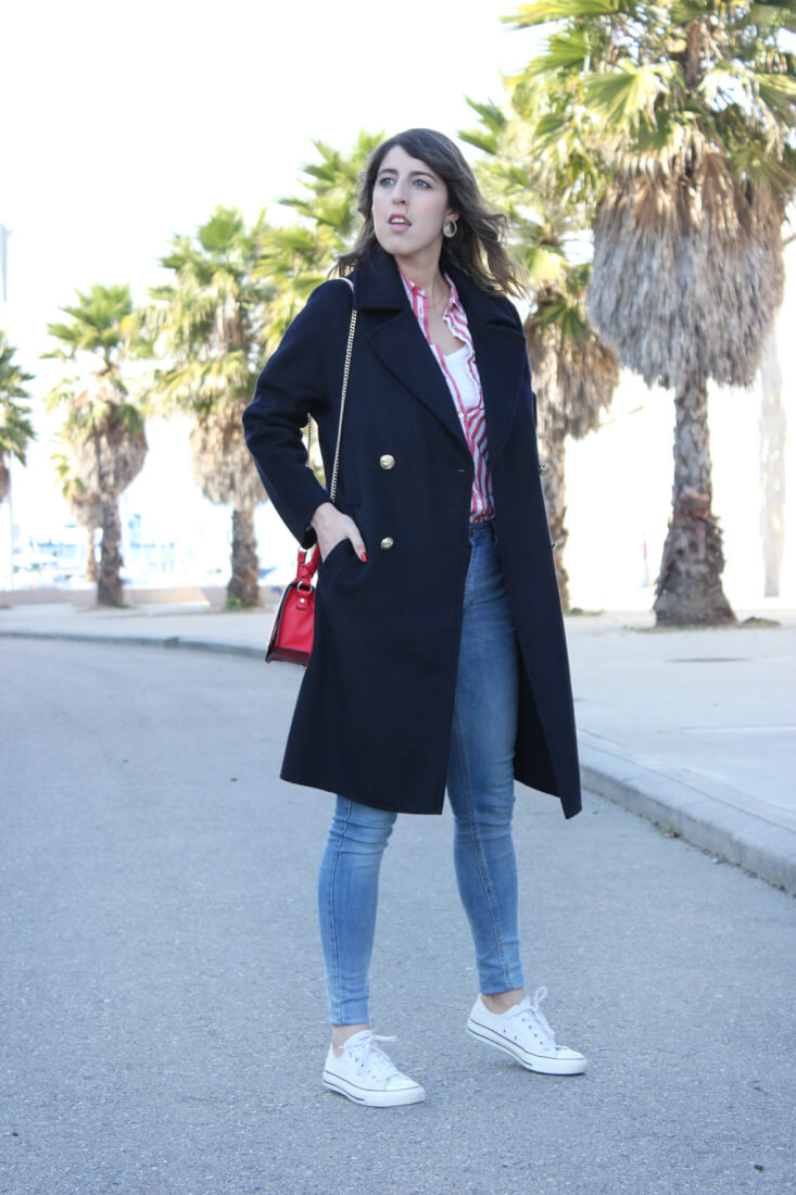 abrigo-largo-azul-marino-zara-jeans-bolso-rojo-deportivas-blancas-all-start