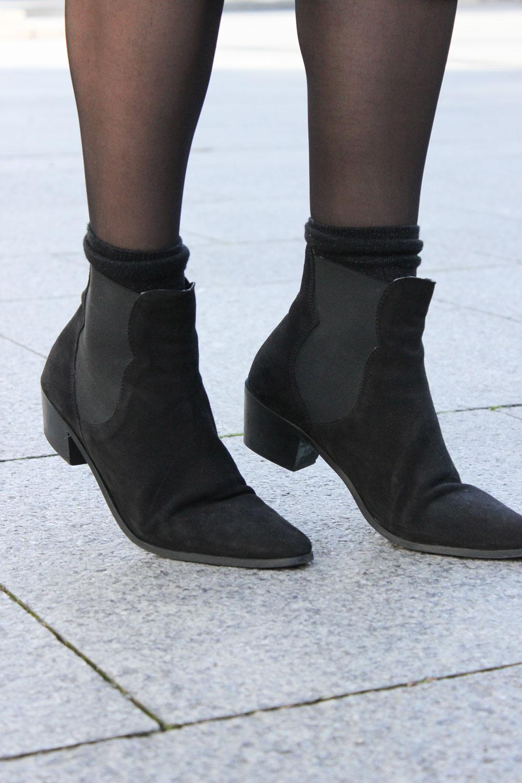 botines-chelsea-negros-ante-vestido-metalizado-largo-mango-blog-moda