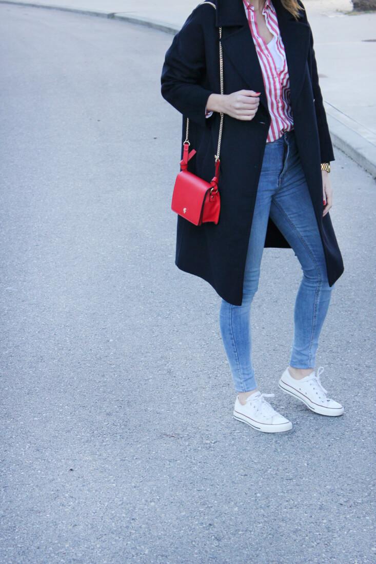 camisa-rayas-rojas-abrigo-largo-azul-marino-botones-dorados-deportivas-blancas