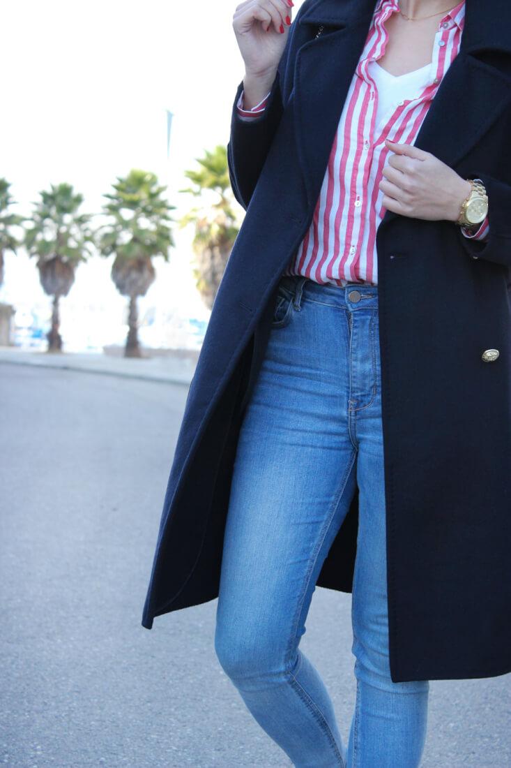 camisa-rayas-zara-jeans-camiseta-blanca-abrigo-largo-azul-marino-siemprehayalgoqueponerse
