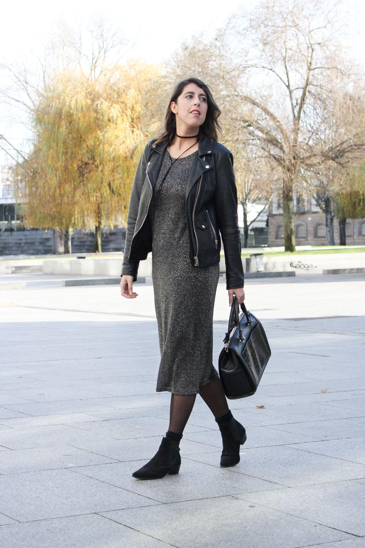 siemprehayalgoqueponerse-vestido-metalizado-mango-botines-chelsea-ante-negro-choker-bijou-brigitte-bolso-mediano-zara-blog-moda