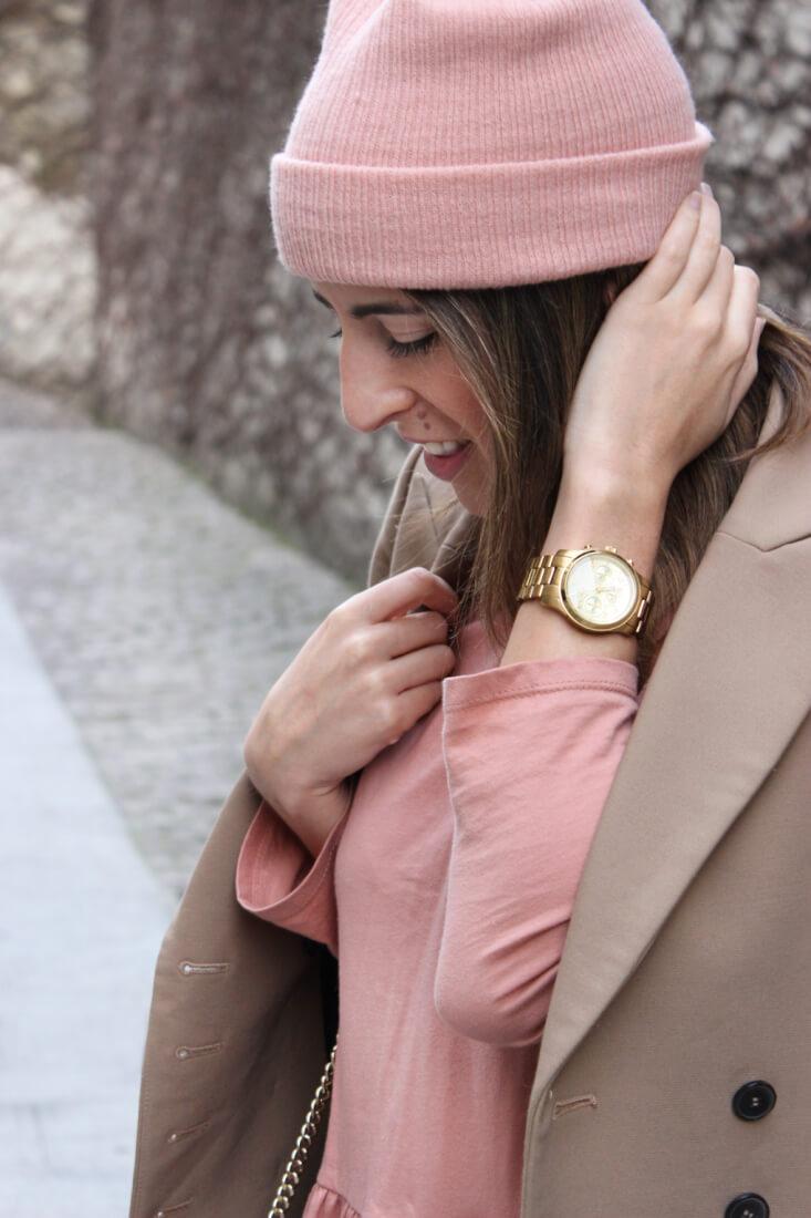 gorro-rosa-blusa-peplum-reloj-michael-kors