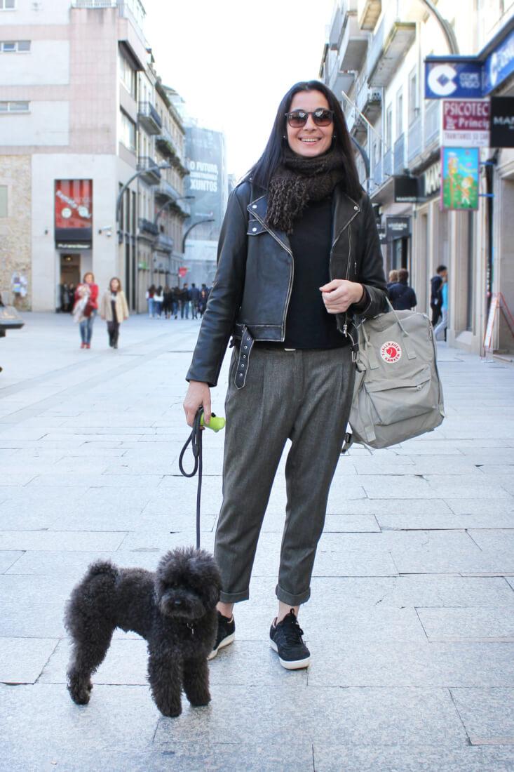 vigo-street-style-febrero-cazadora-piel-pantalon-gris-deportivas-new-balance