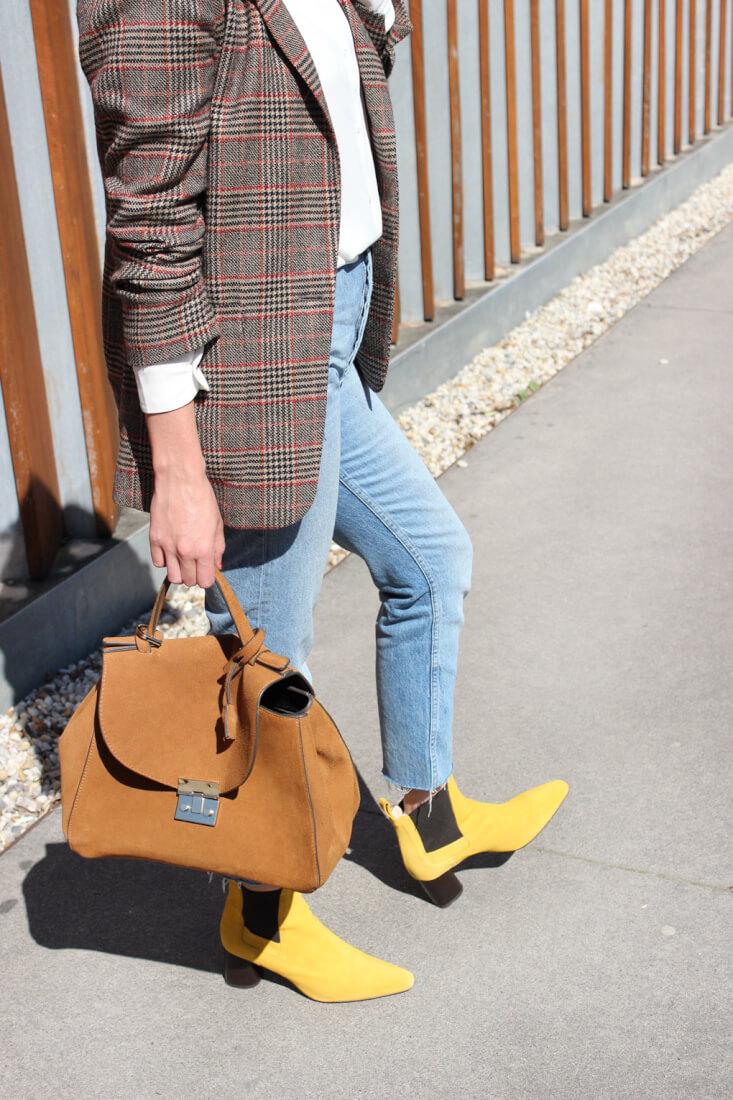 blazer-cuadros-marrones-zara-bolso-ante-botines-amarillos
