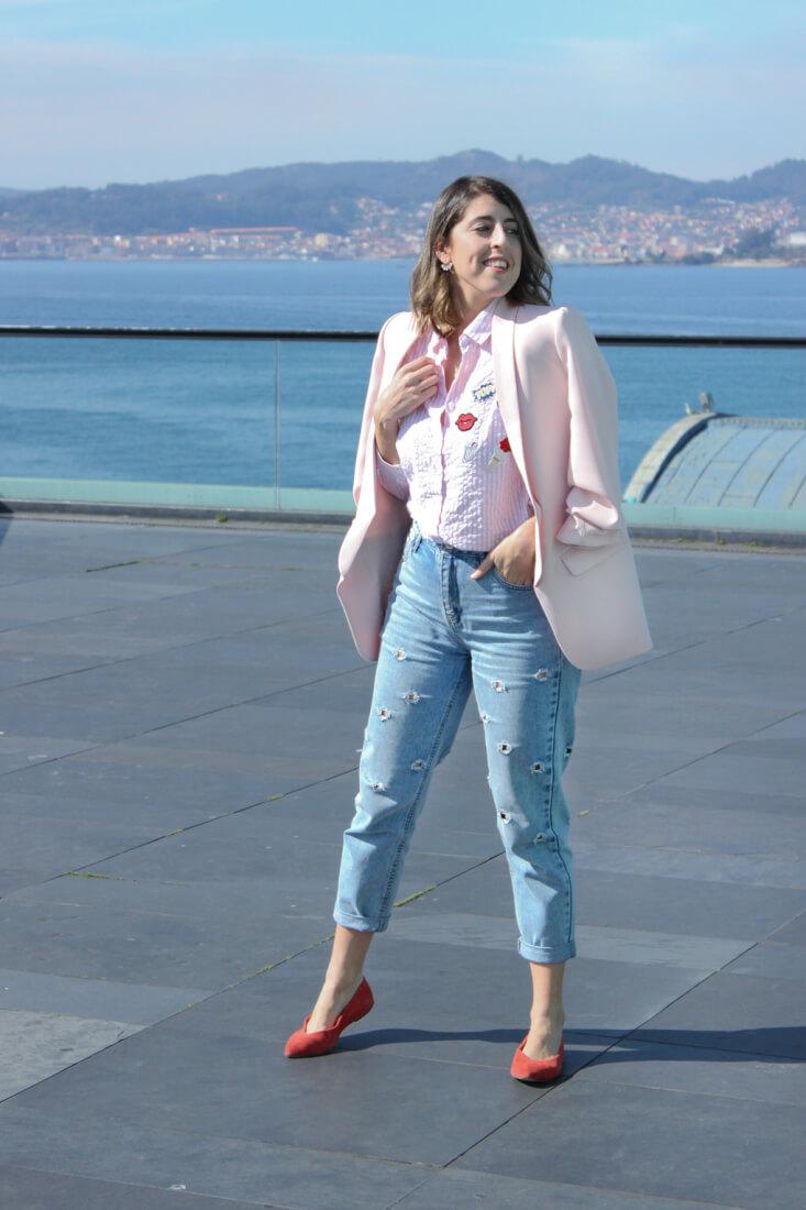mom-jeans-pullandbear-blazer-rosa-manga-remangada