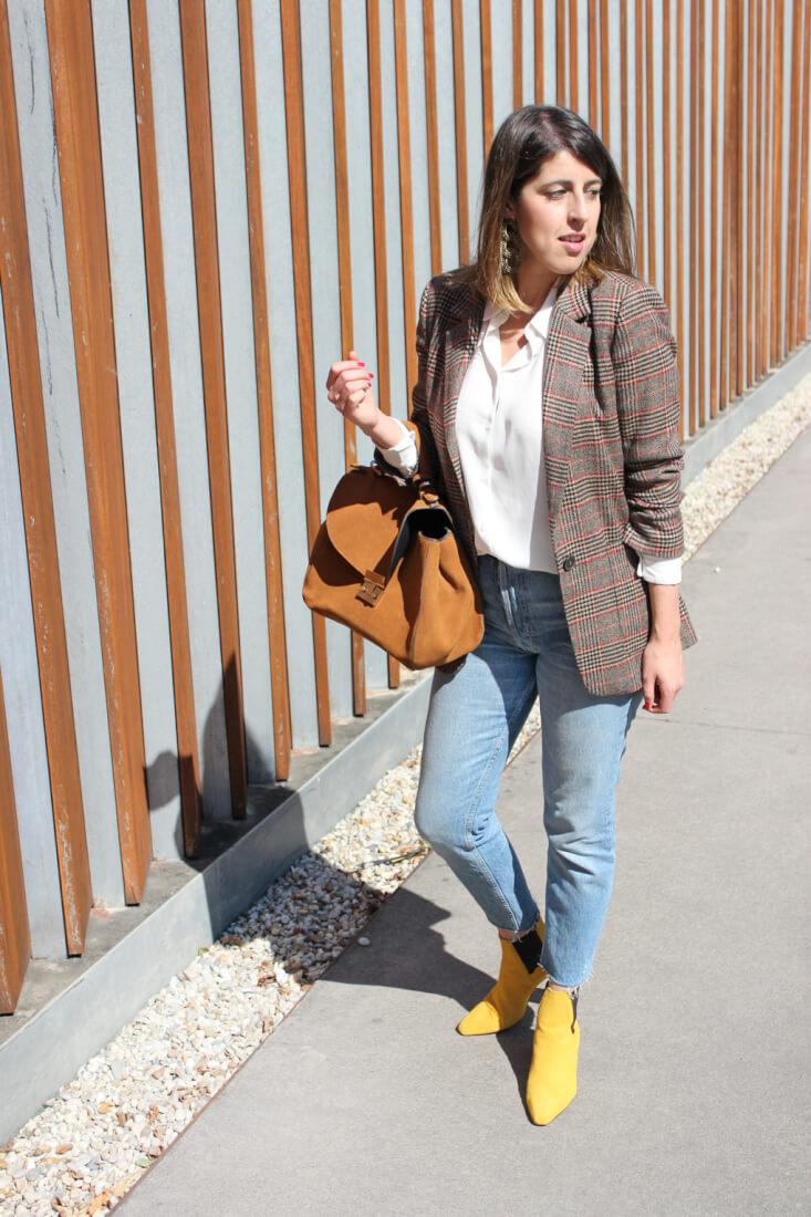vaqueros-vintage-botines-amarillos-bolso-camel
