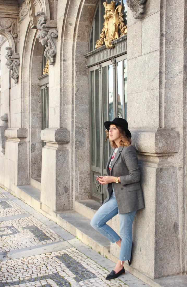 americana-gris-mom-jeans-camiseta-zara-sombrero-negro