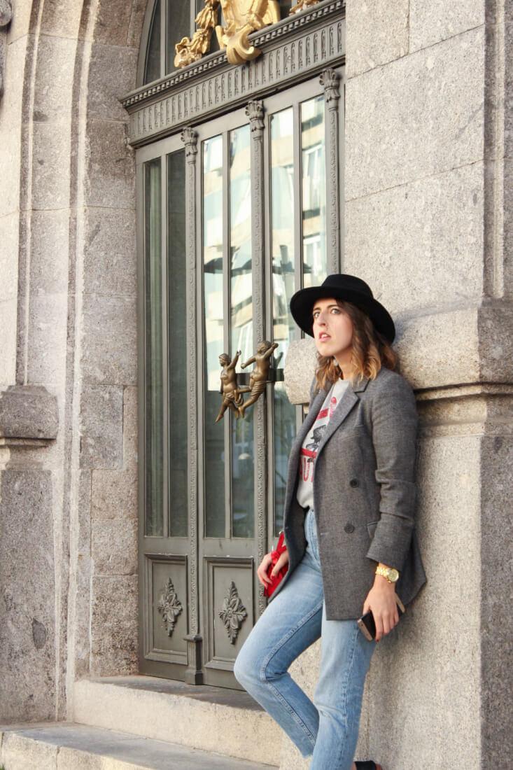 blazer-gris-oversized-camiseta-caution-sirena-zara-sombrero-negro