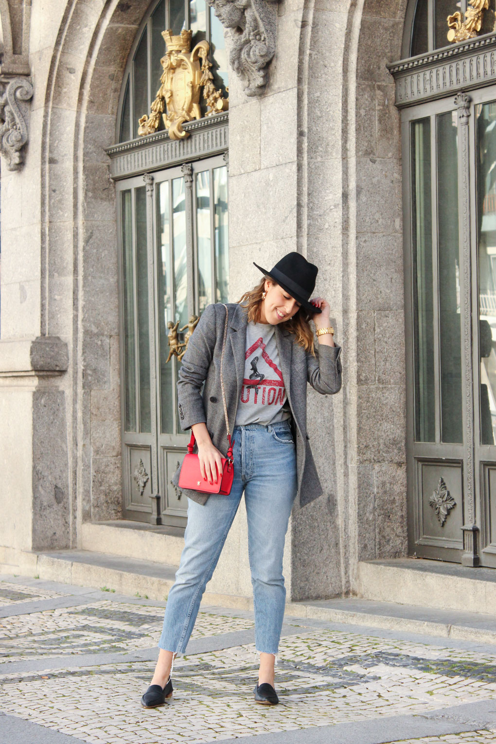 bolso-rojo-mom-jeans-blazer-camiseta-gris-caution