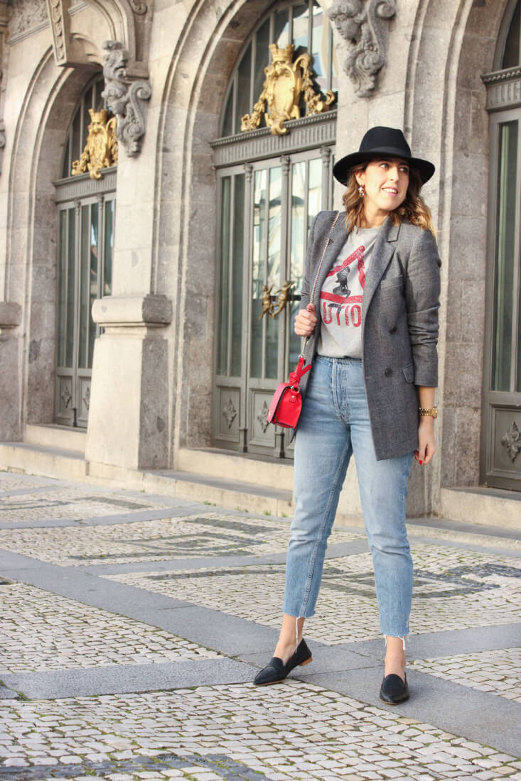 camiseta-gris-caution-zara-blazer-mom-jeans