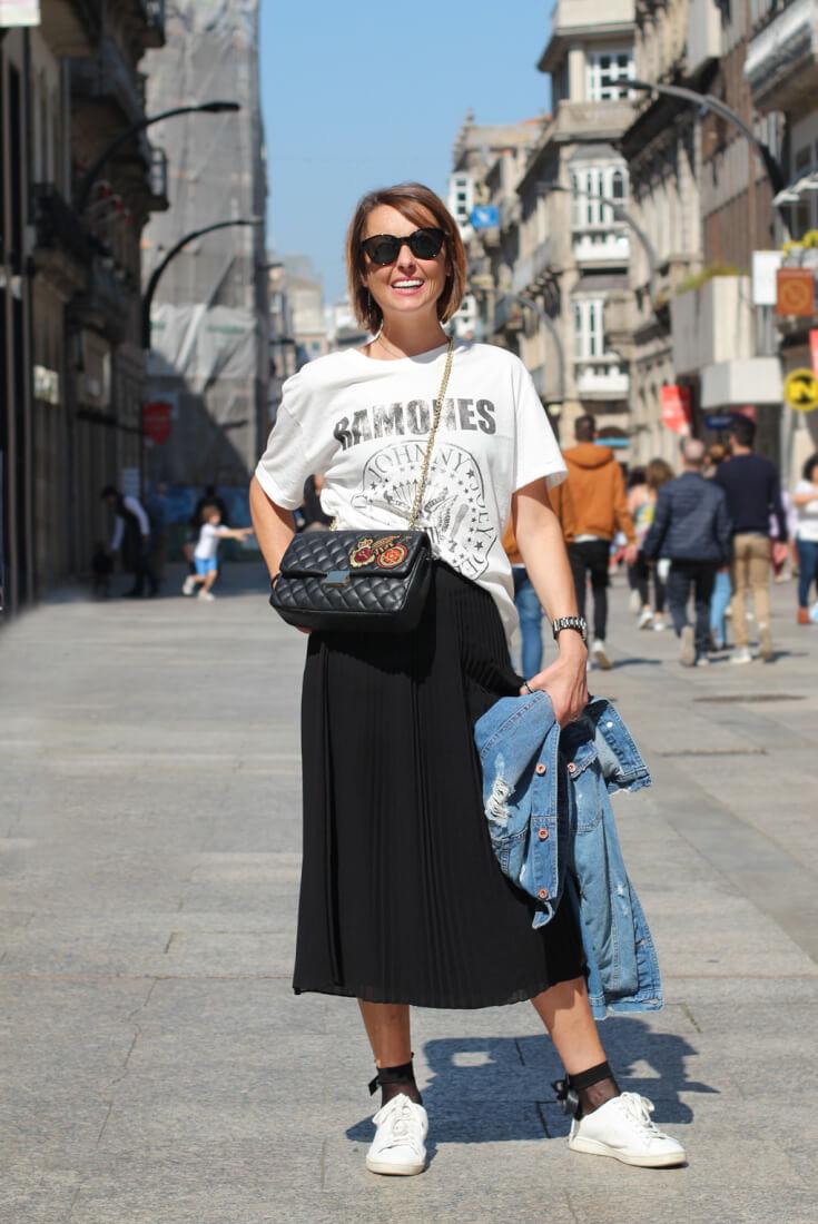 look-falda-plisada-negra-camiseta-ramones-vigo-streetstyle-abril