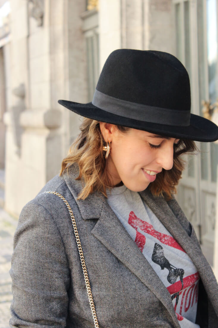 sombrero-dayaday-pendientes-dorados-zara-americana-gris-camiseta-caution