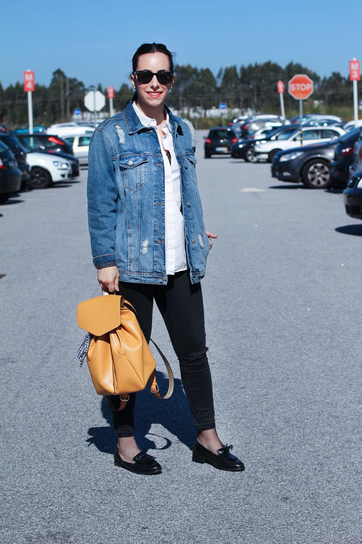 street-style-oversize-denim-jacket-mochila-amarilla