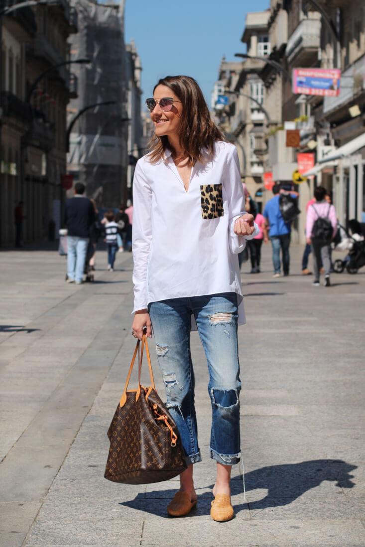 vigo-streetstyle-abril-2017-siemprehayalgoqueponerse-camisa-blanca-bolsillo-estampado-bolso-LV