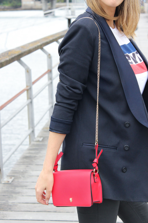 americana-azul-marino-doblre-botonadura-camiseta-levis-bolso-rojo-zara