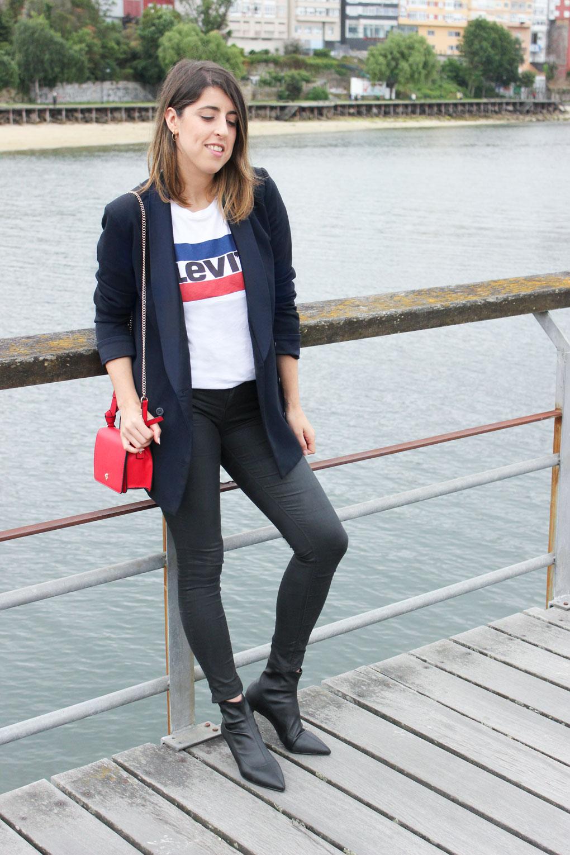 pantalón efecto piel con botines ajustados y camiseta levis