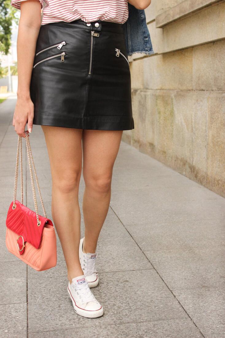falda de cuero Mango, bolso bicolor Uterqüe