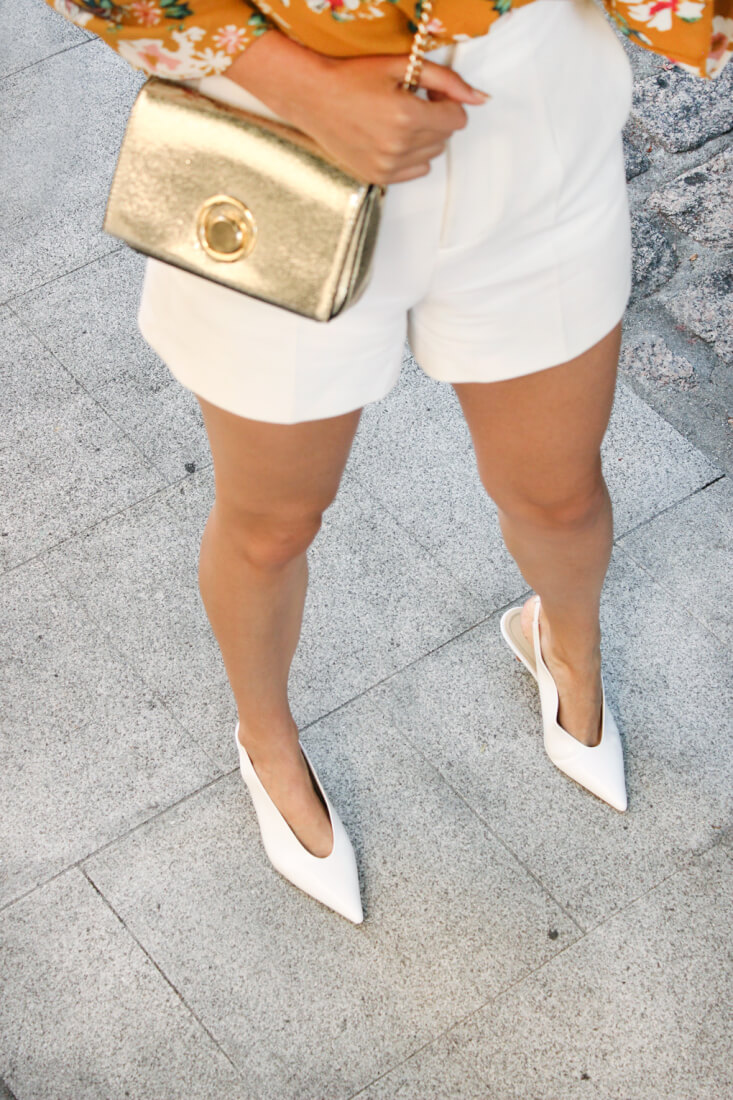 blusa-mostaza-con-volantes-sfera-zapatos-blancos
