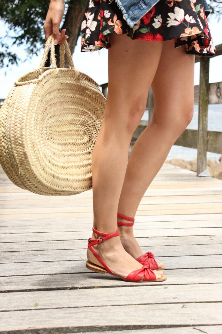 sandalias-rojas-parfois-vestido-de-flores-bolso-cesta