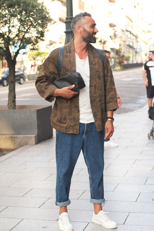 Look hombre con kimono de camuflaje, camiseta blanca y jeans. Vigo Street Style Agosto.