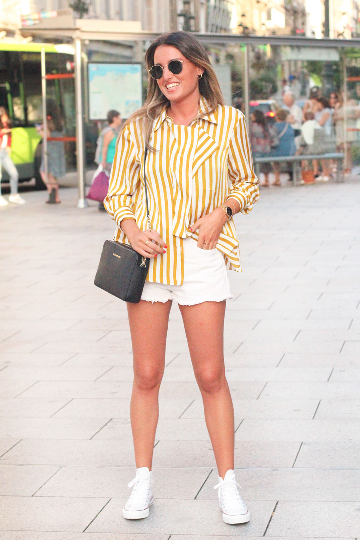 Look con shorts blancos, converse y blusa de rayas de Zara. Vigo Street Style Agosto