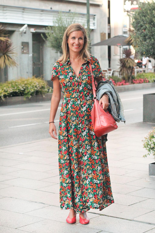 Vestido camisero largo con estampado floral. Vigo Street Style Agosto