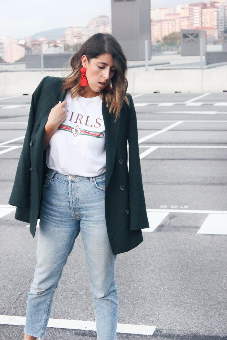 Blazer oversized de Zara, camiseta blanca de Mekkdes y pendientes rojos de H&M