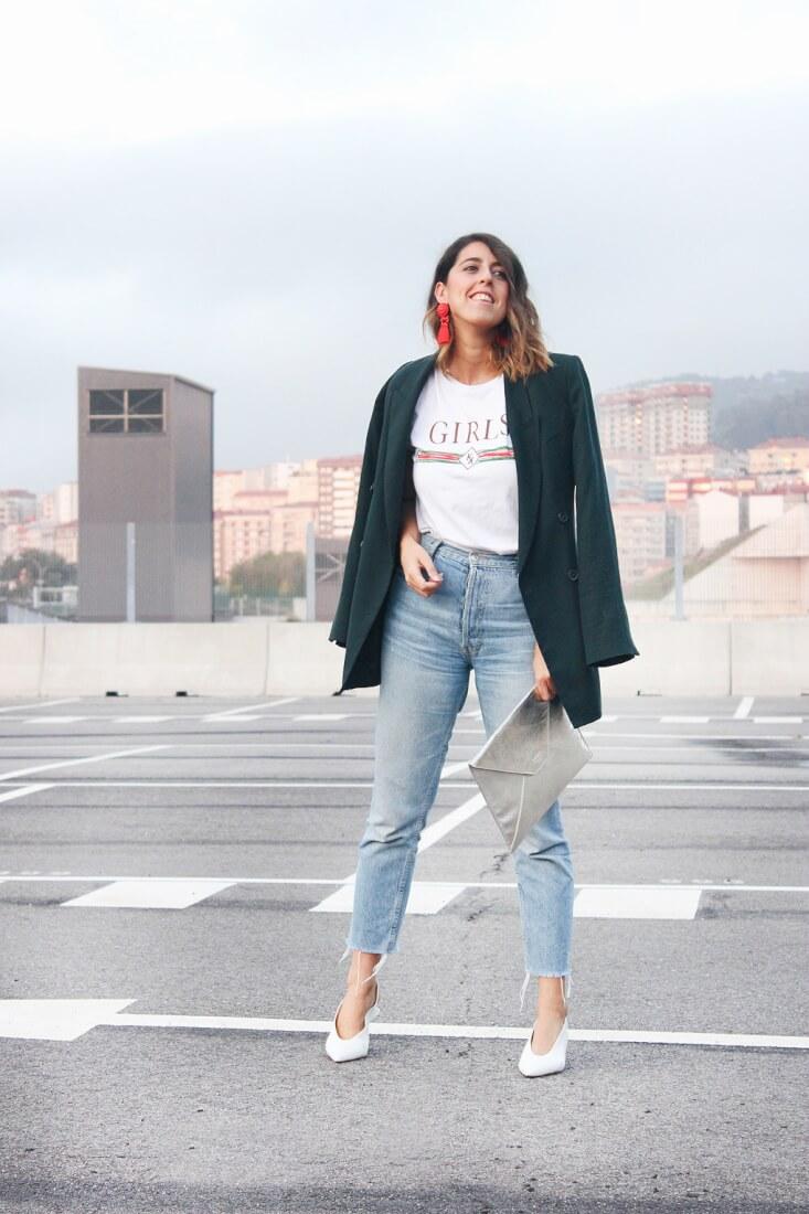 Camiseta GIRLS de Mekkdes, inspiración camiseta Gucci. Pendientes rojos de flecos de H&M. Blazer oversized Zara.
