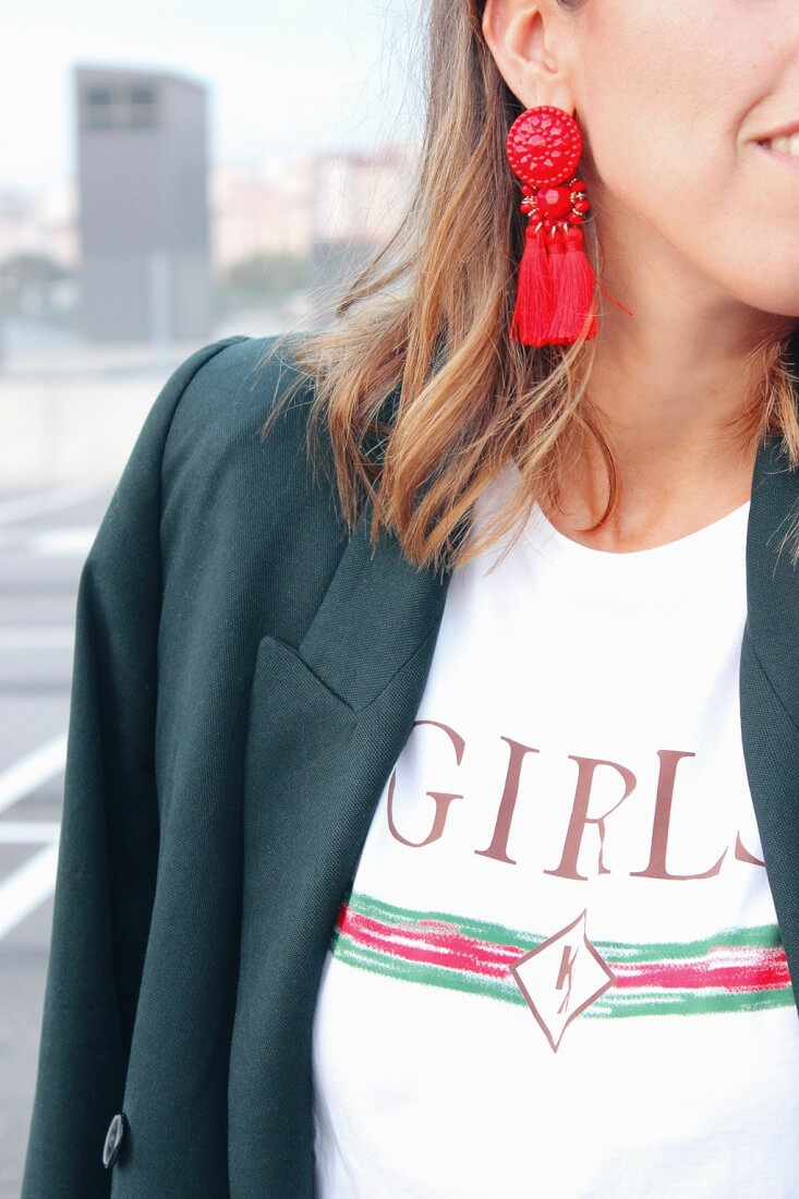 Pendientes rojos de flecos de H&M, camiseta GIRLS de Mekkdes.