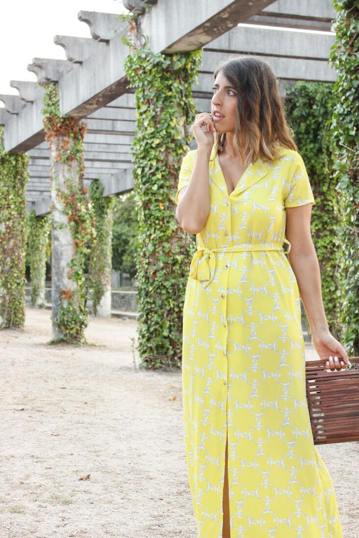vestido-largo-camisero-amarillo-bolso-madera-zara