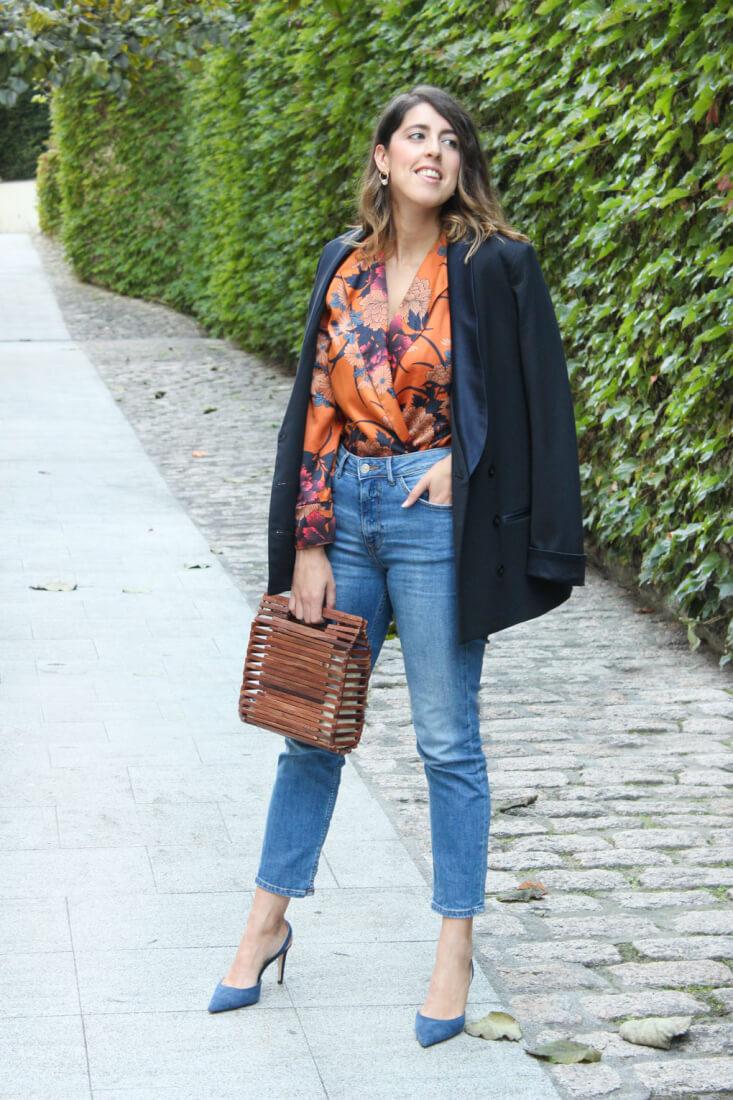 Body naranja en saten de Zara y blazer azul