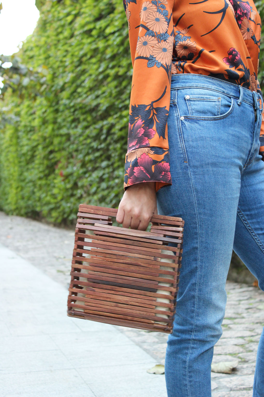 Bolso de madera y body naranja de Zara