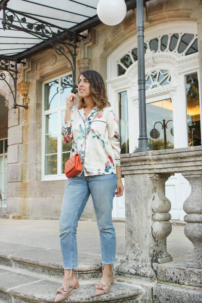 Look con camisa de estilo pijamero con jeans y calzado cómodo.