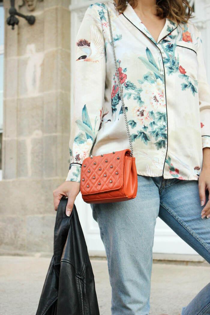 Camisa satinada con estampado floral de Zara. Bolso acolchado naranja.