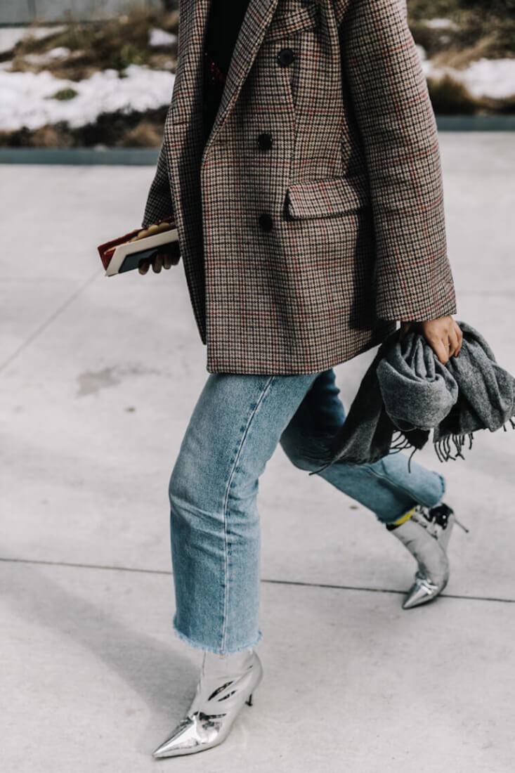 Blazer de cuadros. Combínala con botines plata y jeans.