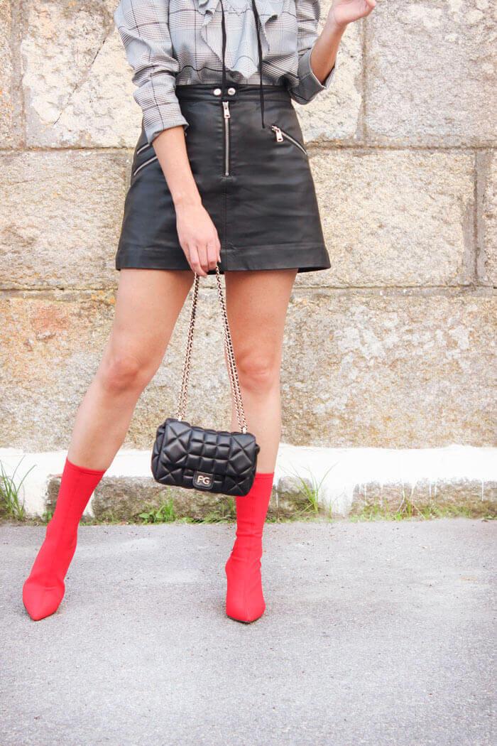 Blusa cuadros príncipe de gales. Botines rojos de Zara.