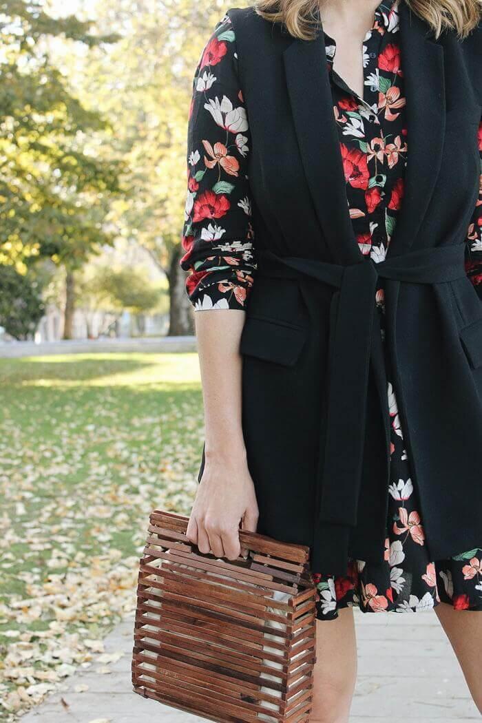 Bolso de madera de Zara, vestido de flores camisero y chaleco con cinto