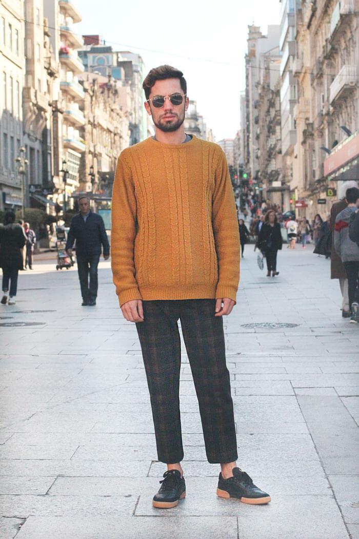 Pantalón de cuadros combinada con jersey mostaza. Street Style Vigo Noviembre