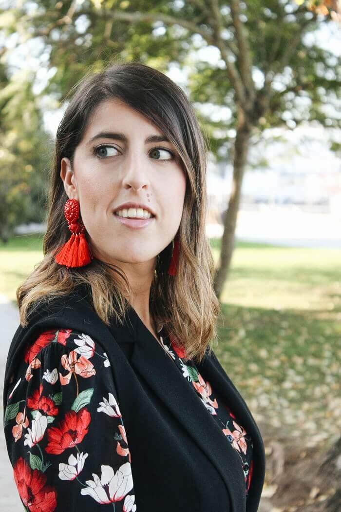 Pendientes de flecos rojos de H&M. Vestido de flores de Zara.