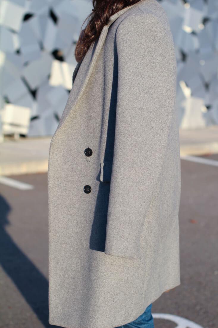 como-combinar-tu-abrigo-gris--pendientes-pompones