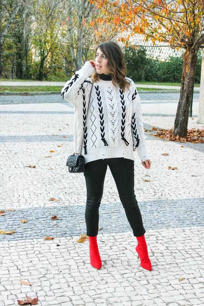 Jersey con cordones oversize combinado con pantalón negro y botines rojos