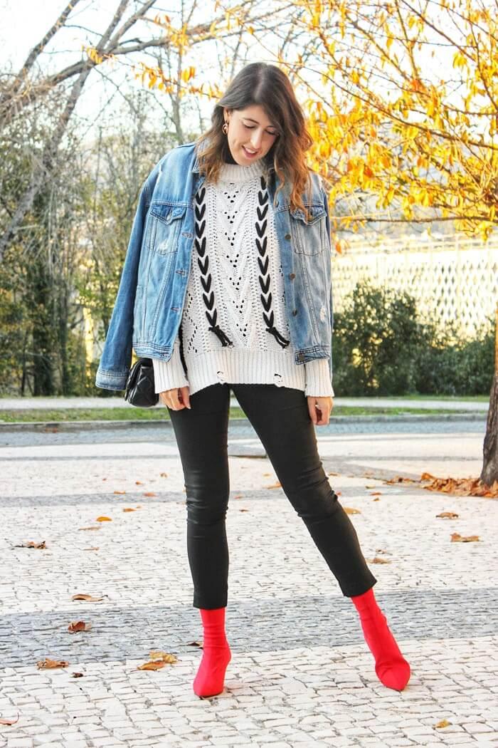 Jersey con cordones de Zaful. Botines de estilo calcetín rojos.