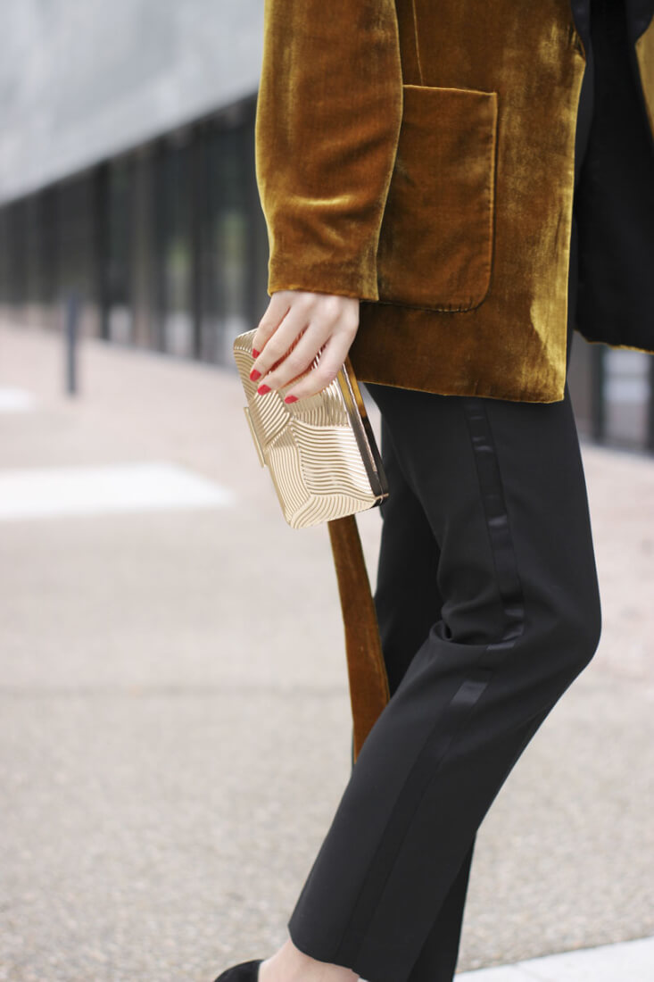Pantalón con raya lateral smoking de Zara. Blazer de terciopelo.
