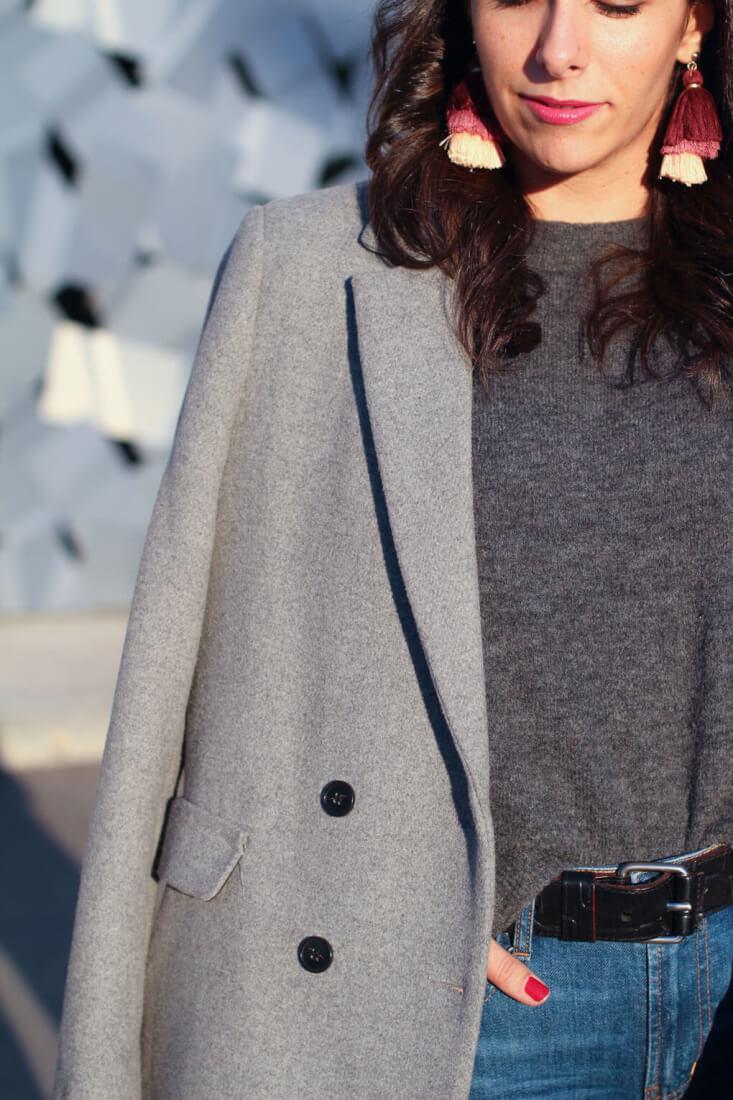 pendientes-pompones--look-con-abrigo-gris