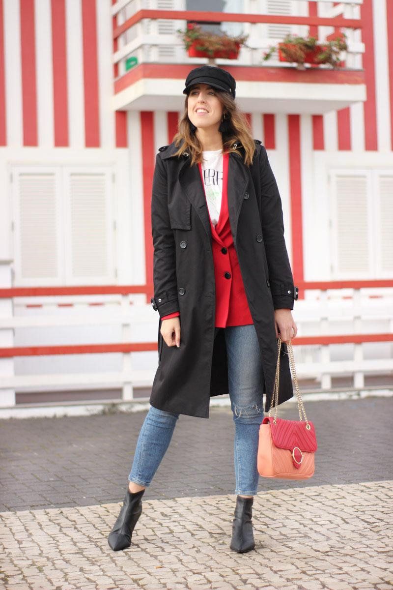 Trench largo negro. Blazer roja combinada con jeans