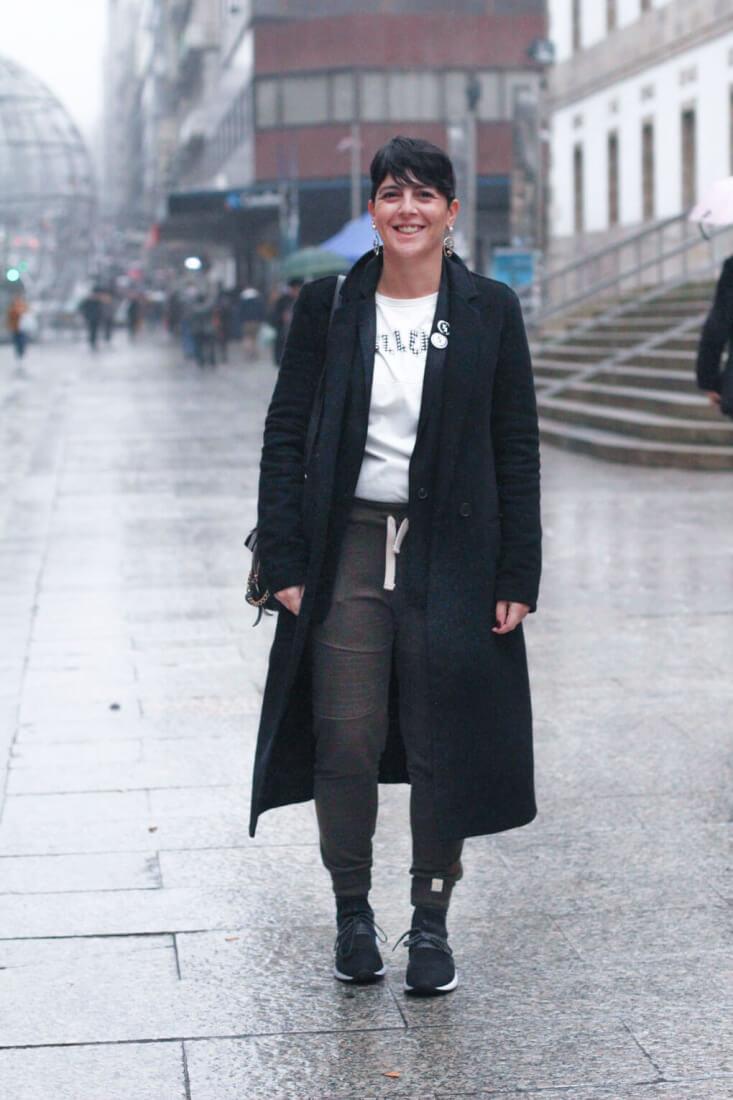 Abrigo negro largo y camiseta blanca. Street Style Vigo