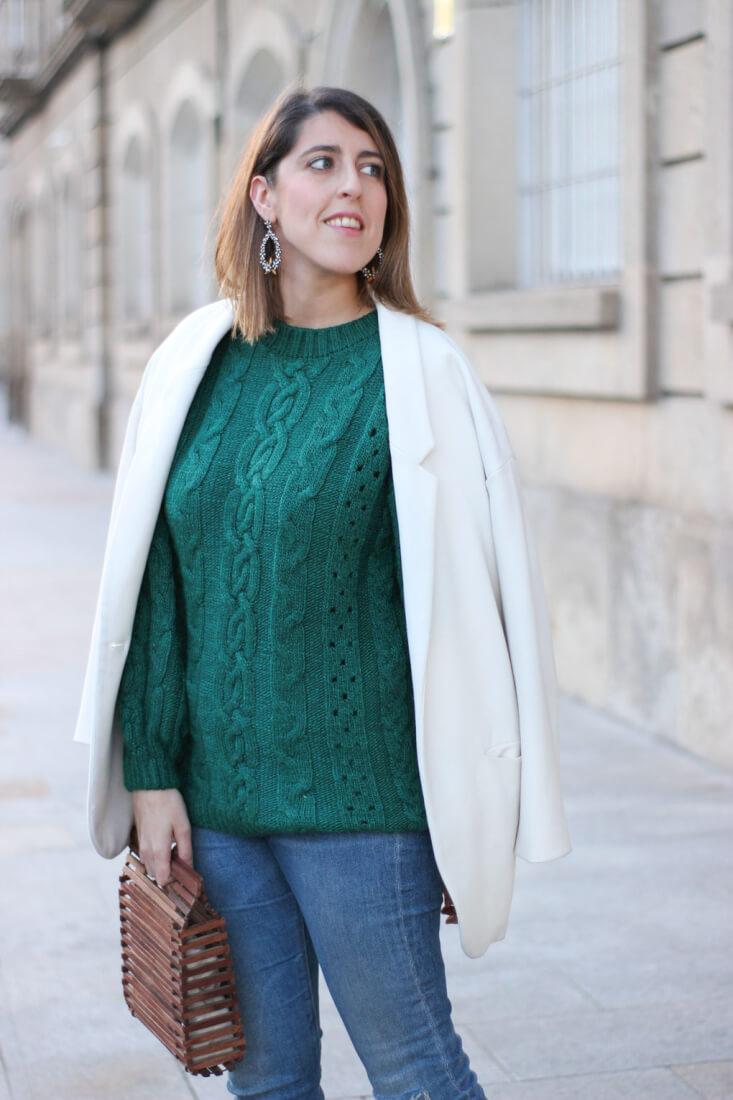 Americana blanca de Zara y jersey verde de ochos de Mango