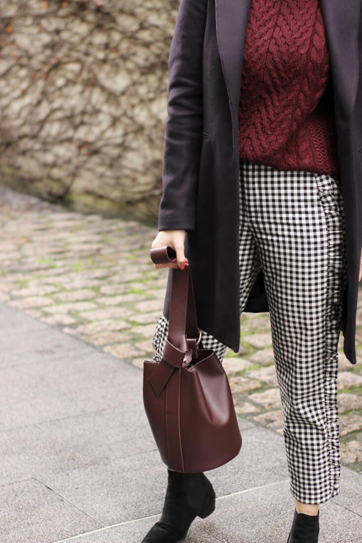 Bolso burdeos Zara y pantalón de cuadros vichy