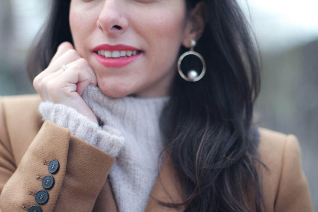 pendientes perla abrigo camel jersey lana